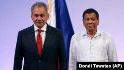 Сергій Шойгу (л) і президент Філіппін Родріго Дутерте, 24 жовтня 2017 року