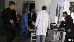Медики и сотрудники сил безопасности рядом с раненым у больницы в Кабуле. 1 марта 2017 года.