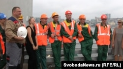 Строители моста на остров Русский