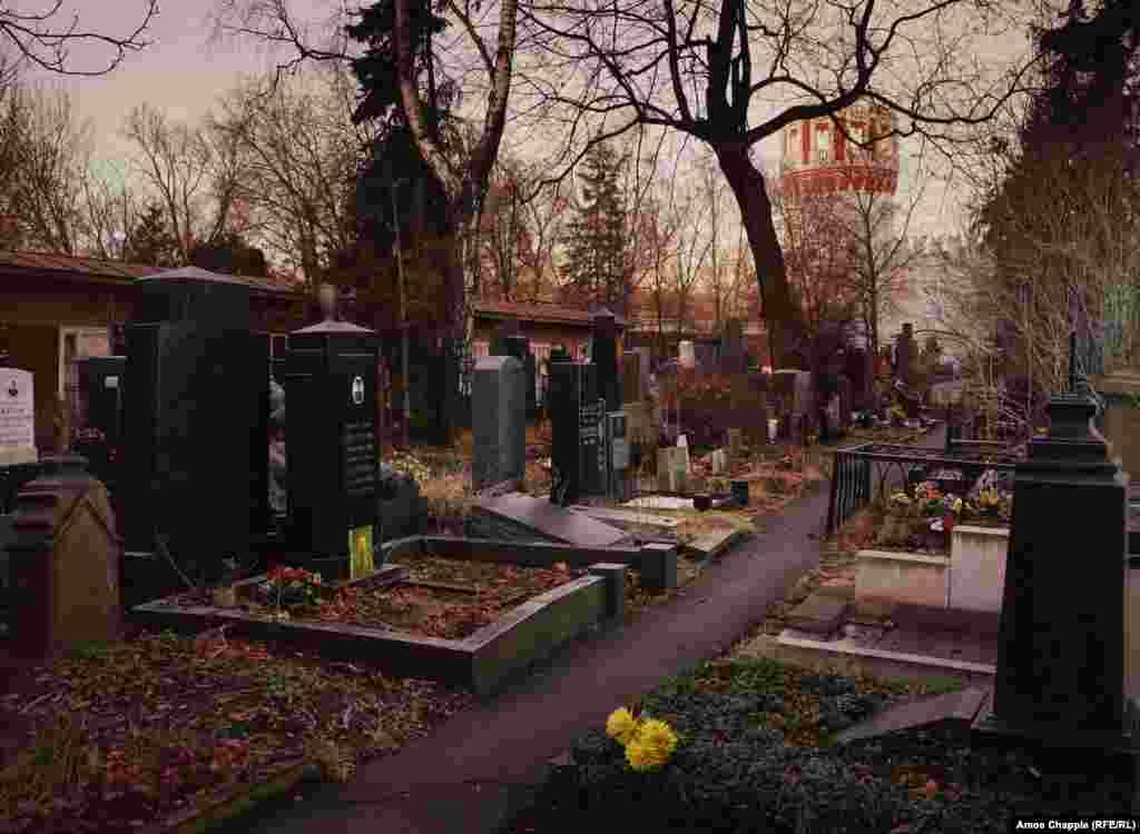 В конце декабря солнце в Москве садится около 16.00. Кладбище можно исследовать лишь под слабым светом городских фонарей до 17.00, когда оно закрывается.