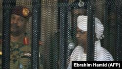 Омар аль-Башир (справа) на суде в Хартуме