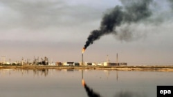 Iraq -- An oil refinery in the waters of the Northern Arabian Gulf close to the port town of Umm Qasr in Basra, 08Mar2009