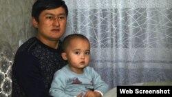 Қытайда қамауда отырған Мүнира Серікжанның күйеуі Айқын Әден баласымен. (скриншот)