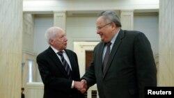 Медијаторот Метју Нимиц и грчкиот министер за надврешни работи Никос Коѕиас.