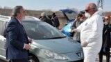 """Главният държавен здравен инспектор д-р Ангел Кунчев (ляво) инспектира дейността на здравните служители на ГКПП """"Капитан Андреево"""". Снимката е от 2 март 2020 г."""