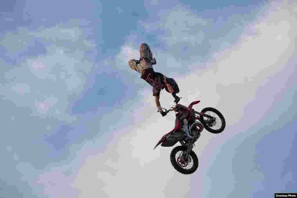 """В рамках всероссийского тура """"Adrenaline FMX Rush"""" прошло открытое первенство города Челябинска по мотофристайлу."""