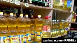 На крупных рынках и торговых точках Ашхабада количество и ассортимент реализуемых товаров, в преддверии Нового года, заметно увеличился.