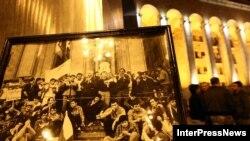 Проспект Руставели в Тбилиси сегодня стал отражением накала страстей, которые существуют сегодня в грузинском обществе. Традиционное зажжение свечей и возложение цветов к мемориалу памяти жертв 9 апреля сегодня было омрачено инцидентами
