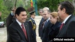 Berdimuhamedow Rumyniýanyň hökümet resmileri bilen salamlaşýar, Buharest, 2011-nji ýylyň 12-nji maýy.
