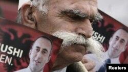 Një mbështetës i Ramush Haradinajt mban në duar fotografitë e tij/foto arkiv