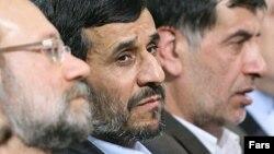 محمدرضا باهنر، محمود احمدینژاد و علی لاریجانی در یک جلسه مشترک