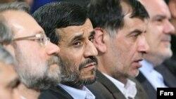 محمدرضا باهنر(نفر سمت راست احمدی نژاد) و علی لاریجانی (نفر سمت چپ وی) از تغییر مجری انتخابات در ایران استقبال کرده اند.