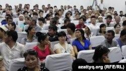 """Зал суда перед оглашением приговора по делу """"о беспорядках в Жанаозене"""". Актау, 4 июня 2012 года."""