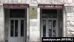 Ереванская средняя школа им. Хримяна Айрика, где частная русская школа «Славянская» арендует помещения