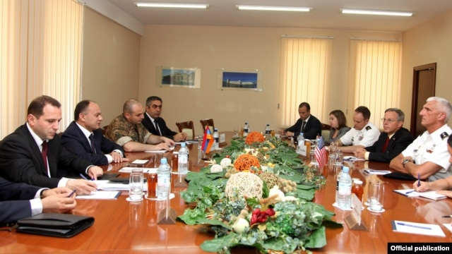 Armenia - Defense Minister Seyran Ohanian (second from left) meets U.S. Lieutenant General Mark Hertling in Yerevan, 18Jul2012.