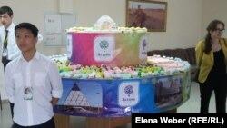 Теміртау әкімі Ғалым Әшімов «президенттің атынан» деп ұсынған торт. Теміртау, 4 шілде 2016 жыл.