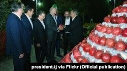 Лукашэнкі і піраміды з гранатаў. Сюррэалістычныя ФОТА з саміту ў Таджыкістане