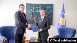 Ministri i sapo emëruar Ivan Todosijeviq dhe kryeministri Isa Mustafa