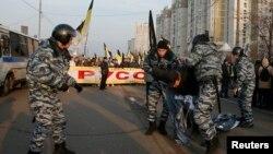 Поліція затримує учасника «російського маршу», Москва, 4 листопада 2014 року