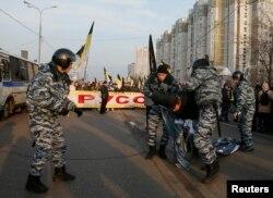 """Полиция задерживает участника протеста во время """"Русского марша"""". Москва, 4 ноября 2014 года."""