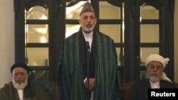 حامد کرزای، رییس جمهور افغانستان، در مراسم معرفی اعضای شورای صلح به ریاست برهان الدین ربانی (نفر سمت چپ)