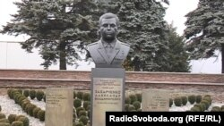 Бюст ексватажка бойовиків Олександра Захарченка у Донецьку