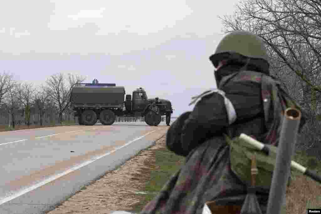 Також був заблокований аеропорт Бельбек, що поряд із Севастополем. 28 лютого 2014 року
