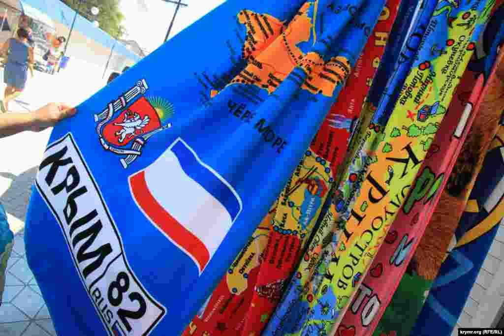 Август 2015-го. У селі Міжводне, що на заході Криму, з'явилася нова сувенірна продукція. Біля пляжів продають сувеніри і рушники з російською символікою