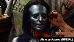 Участник фестиваля боди-арта работает над композицией на тему «Инопланетяне в казино». Алматы, 23 марта 2016 года.