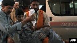 Pakistanly meýletinçiler bomba hüjüminde ýaralananlary keselhana daşaýarlar. 7-nji mart, 2016 ý.