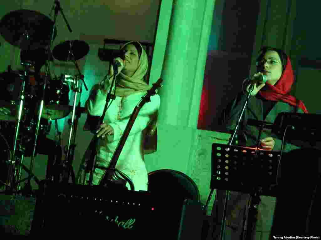 سارا نائینی (چپ) در همخوانی در کنسرت گروه پیکولو در کاخ سعدآباد