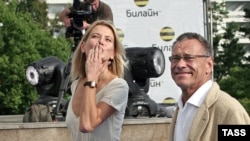 Юлия Высоцкая и Андрей Кончаловский на звездной дорожке «Кинотавра»