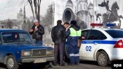 Российские полицейские проверяют документы мигрантов из Средней Азии. Архивное фото.