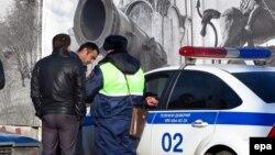 Мигранттардын документин текшерип жаткан полиция. Сүрөттүн окуяга тиешеси жок.