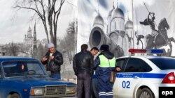 Сотрудник дорожной полиции в Москве проверяет документы водителей. Иллюстративное фото.