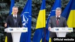 Президент України Петро Порошенко та генеральний секретар НАТО Єнс Столтеньберґ (ліворуч). Київ, 10 липня 2017 року