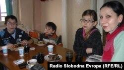 Семејството Потиќ од Матејче раселени во Куманово. Мајката Катерина Потиќ и децата Мартина, Милош(постар) и Милан(помал).