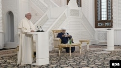 Рим папасы Франциск Бакудагы мечитте.