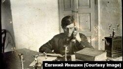 Киселёв А.Н. зав РАЙФО г. Киренска в кабинете за работой, 1928 г.