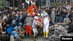 Թուրքիա - Փրկարարները հանքահորից դուրս են բերում պայթյունի հետևանքով տուժածներին, Սոմա, 14-ը մայիսի, 2014թ.