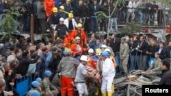 Құтқарушылар жаралы кеншіні шахтадан шығарып жатыр. Сома, Түркия,14 мамыр 2014 жыл.