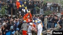 Спасатели выносят раненного шахтера, Сома, 14 мая 2014 года.