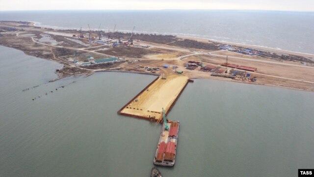 Вид на строящийся транспортный переход через Керченский пролив на острове Тузла