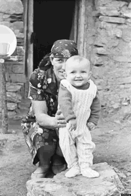 Женщина с малышом.