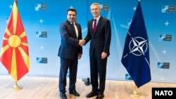Македония премьер-министрі Зоран Заев және НАТО бас хатшысы Йенс Столтенберг қол алысып тұр. Көрнекі сурет