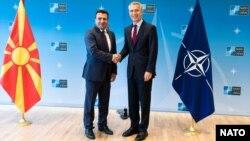 Премьер-министр Македонии Зоран Заев и генеральный секретарь НАТО Йенс Столтенберг