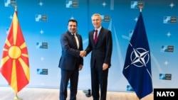 Премьер-министр Македонии Зоран Заев (слева) и глава НАТО Йенс Столтенберг
