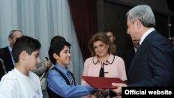 Серж Саргсян вручает Владимиру Арзуманяну благодарственную грамоту. Ереван, 23 ноября 2010 г. (фотография- пресс-служба президента Армении)