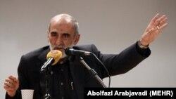 روزنامه کیهان (در عکس مدیر مسئول آن حسین شریعتمداری) گفته کسانی که به این روزنامه تذکر دادهاند، حق «دم زدن از منافع ملی» را ندارند