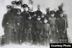 Пржевальскдеги (азыркы Каракол) интернаттын мугалимдери жана окуучулары. 1906-жыл.